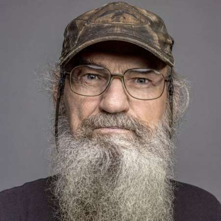 The 70-year old son of father (?) and mother(?) Si Robertson in 2018 photo. Si Robertson earned a  million dollar salary - leaving the net worth at  million in 2018