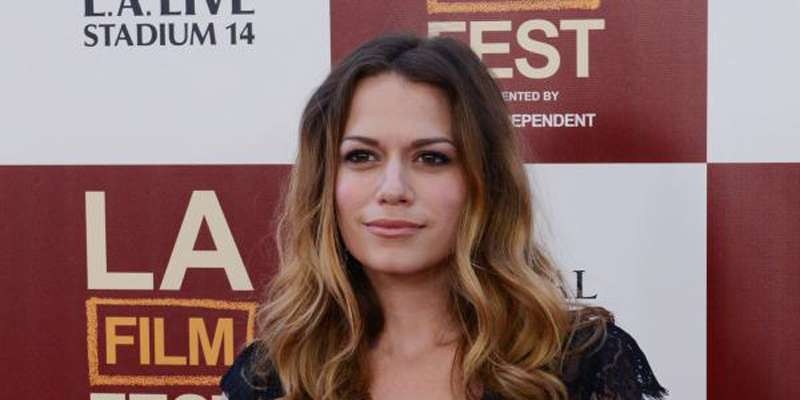 Bethany Joy Lenz pledges for support towards local theatre as she shares her picture in a play