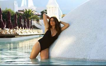 Elizabeth Hurley posts a Dancing Beach Bikini Video on Instagram; Fans went Crazy