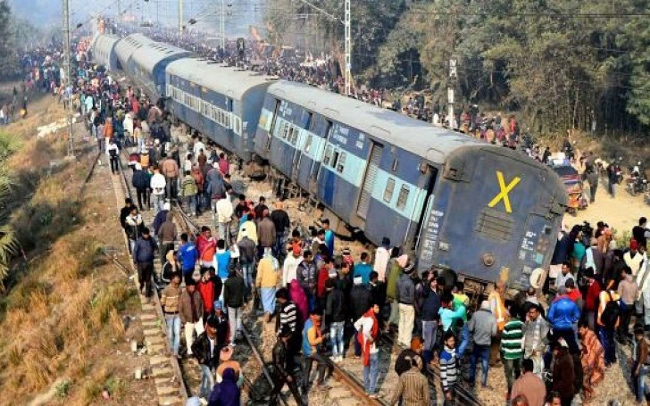 Train Derails in India and killed Seven People